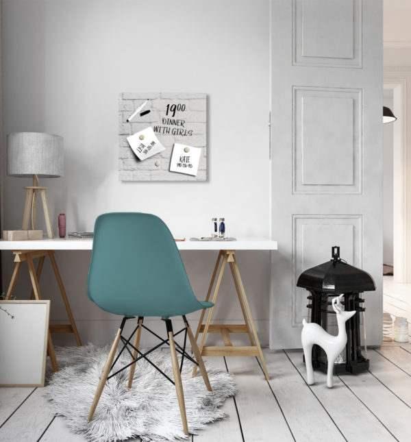 Memoboard White Bricks – 30x30cm im Arbeitszimmer