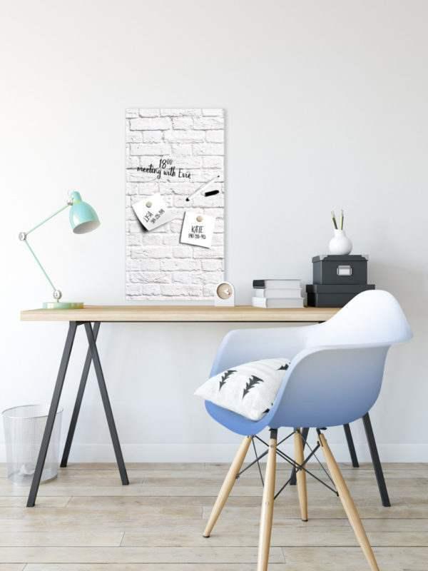 Memoboard White Bricks im Arbeitszimmer