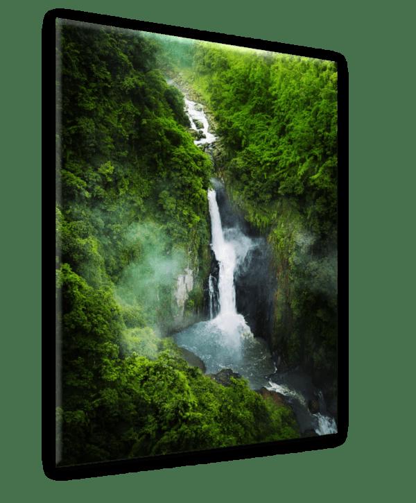 Glasbild Wasserfall im Grünen Ansicht schräg