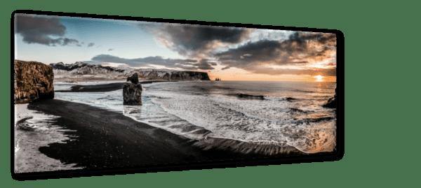Glasbild Vik – Panorama Ansicht schräg