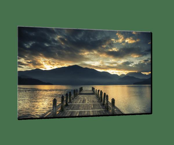 Glasbild Jetty at the Lake – Panorama Ansicht schräg
