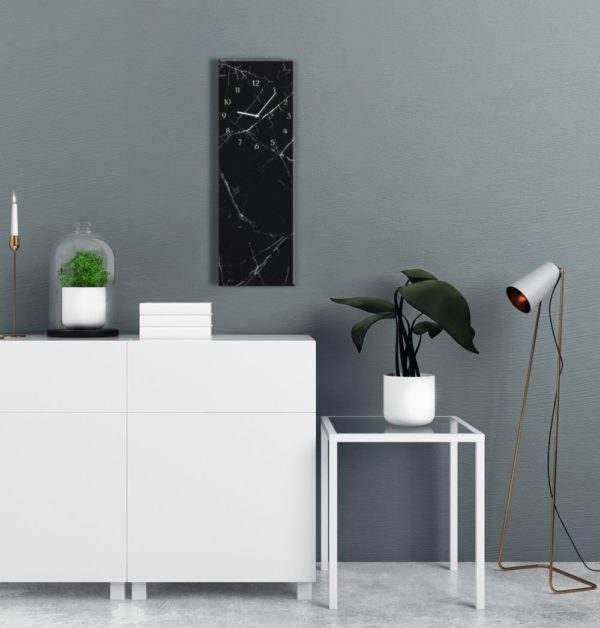 Glasuhr Black Marble im Wohnzimmer