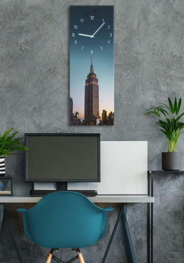 Glasuhr Manhattan im Arbeitszimmer