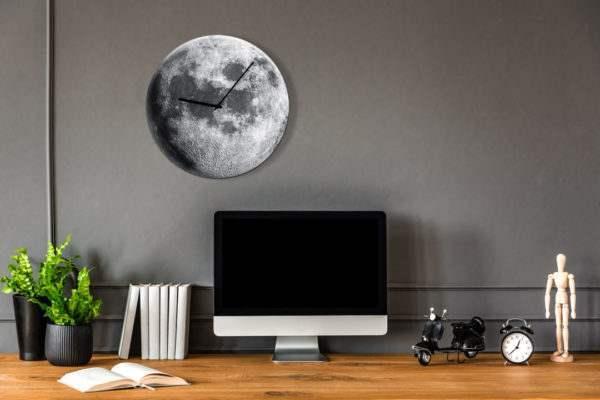 Glasuhr Moon im Arbeitszimmer