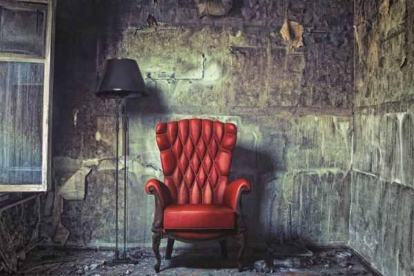 Leinwandbild Roter Sessel – 60x90cm